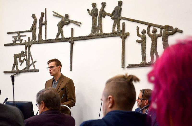 Talousjohtaja Joonas Yliluoma ennakoi tiukkaa talousarviota, joka näkyy myös kuntalaisten palveluissa.