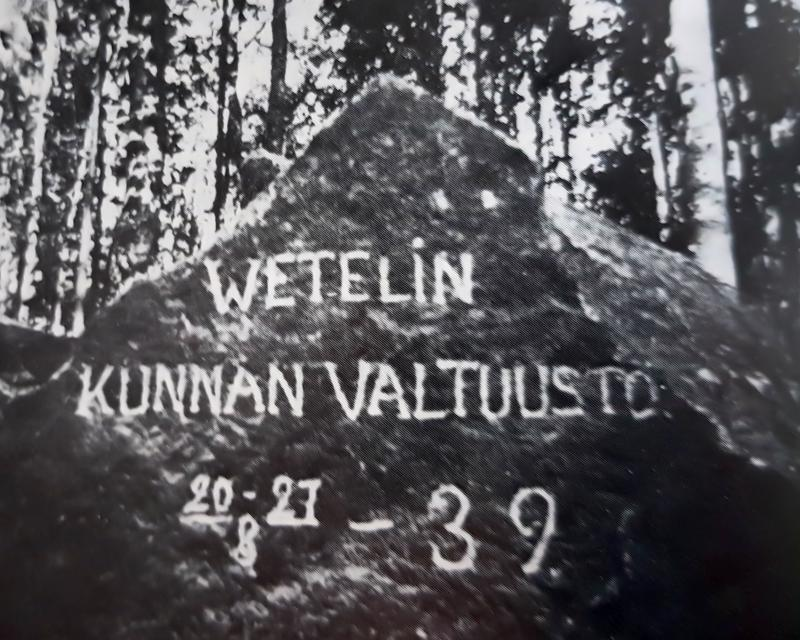 """Elokuussa 1939 """"Wetelin kunnan valtuusto"""" (Nikolai Saarela, Vilho Luoma, Lauri Mäkelä, Oskari Heikkilä, J.H.Pakkala, Heikki Tunkkari, Joeli Läspä, Tuure Lokasaari, Matti Lassila, Martti Aho, Matti Alaspää, Arvi Hanhinen ja U.J.Puusaari) kävivät tekemässä oman osuutensa Kannaksen linnoitustöissä."""