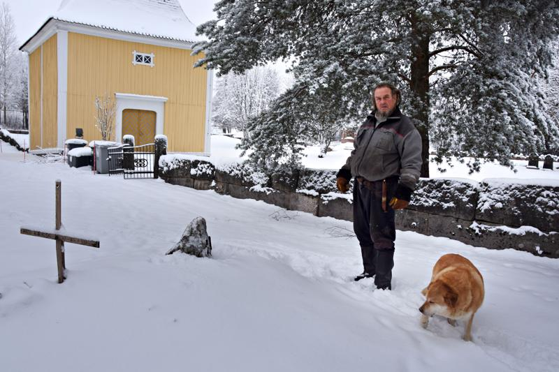 Jaakko Haukipuro ja Putin koira muistokivellä, jonka Jaakko on puuhannut isänisänisänisälleen Matts Kuorikoski Raumalle (1806–1893) ja tämän puolisolle Brita Raumalle (1814–1880) vanhan hautausmaan aidan ulkopuolelle. Jaakon täti on kauan sitten merkinnyt Matin ja Bertan hautapaikan karttaan, jonka Jaakko sai haltuunsa jonkin aikaa sitten. Todennäköisesti haudalla on aikoinaan ollut puinen risti. Sitä Jaakko ei tiedä, missä kirkkomaan aita on 1800-luvulla kulkenut. Jaakko toi paikalle ensin kesällä puuristin ja Mikonpäivänä Matin synnyinkunnasta Kaustiselta kiven.