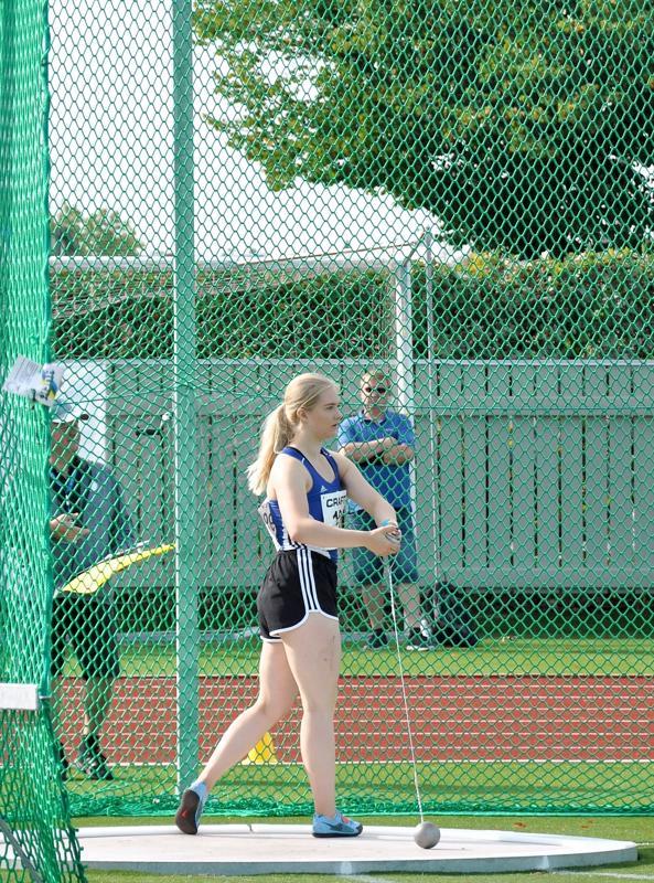 SM-hopeaa heittänyt Julia Kivinen valmistautuu heittoonsa 19-vuotiaiden mestaruuskilpailuissa Porvoossa.
