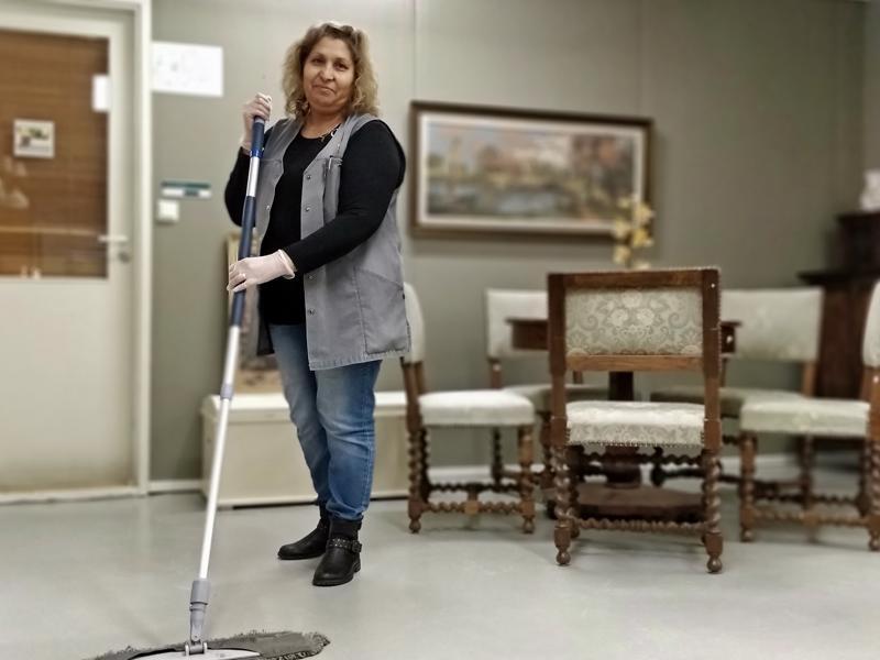 Nedka Petkova etsii siivousalalta vakituista työtä. Pietarsaaressa viime keväästä asunut Petkova kokee saavansa Retrosta hyviä eväitä työelämään.