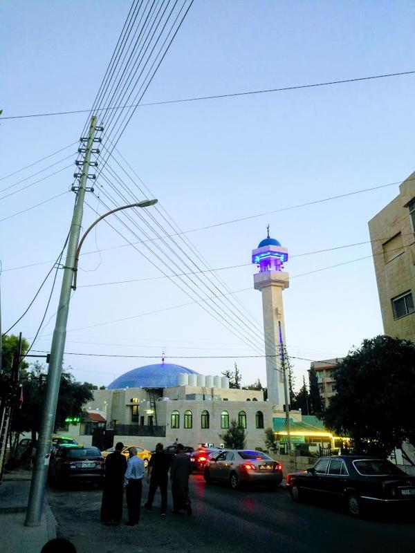 Pietarsaaren ja Ammanin liikenteessä on yksi yhtäläinen piirre. Jalakulkijat eivät käytä heijastimia.