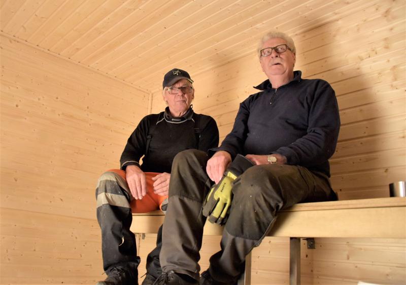 Markku Lantelan ja Dan Rönnbergin jäljiltä Merilän miesten saunan seinät hohtavat jo uutuuttaan. - Saapa nähdä, tuleeko valmista perjantaiksi, miehet tuumaavat.