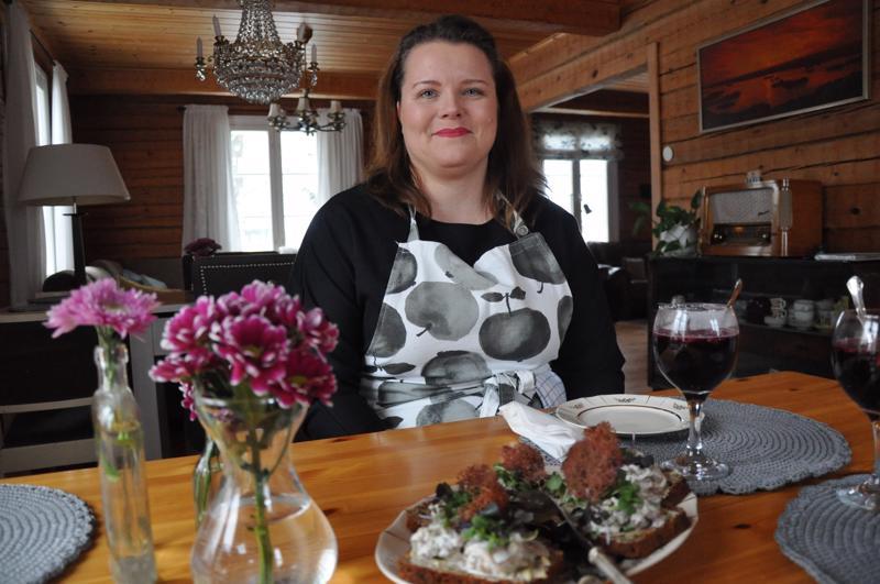 Miina Aronen luottaa lähellä kasvaneeseen ja tuotettuun. Kuvan tarjottavista glögissä pohjana on lähimetsän mustikat ja omat viinimarjat, leivän päällä on metsäsienimuhennosta ja friteerattua palleroporojäkälää.