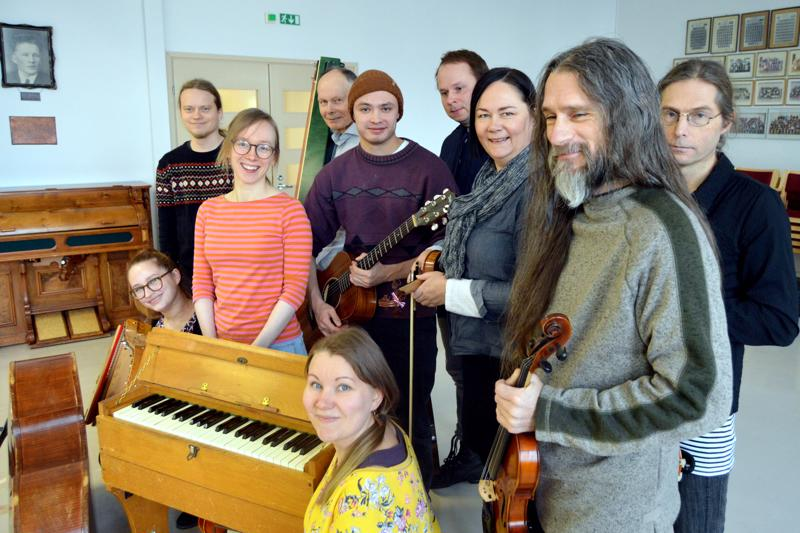 Kansanmusiikkilinjan opiskelijoita ja pari opettajaa perätysten pötkössä.
