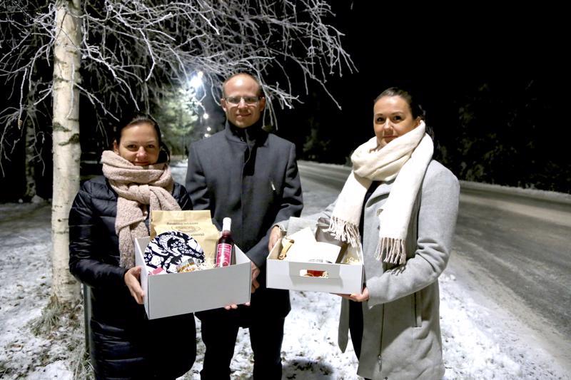 Vain muutamia viikkoja sitten perustettu yritys tarjoaa kahta erilaista paikallisilla tuotteilla täytettyä pakettia liikelahjaksi. Yrittäjät Kati Kynnäs (vas.), Jussi Pietilä ja Anna Tikkakoski uskovat paikallisilla lahjatuotteilla olevan kysyntää.