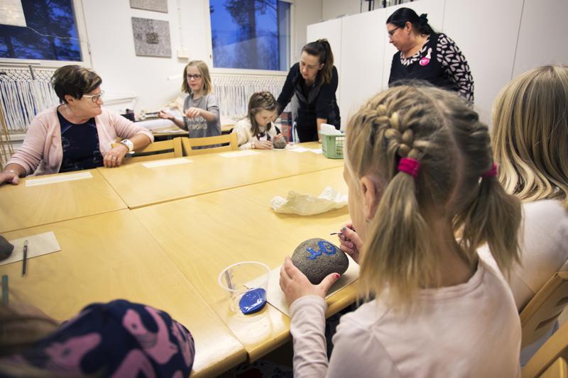 Lapset pääsivät maalaamaan puumerkkinsä akryylimaalein kiveen Taito-käsityökoulussa.