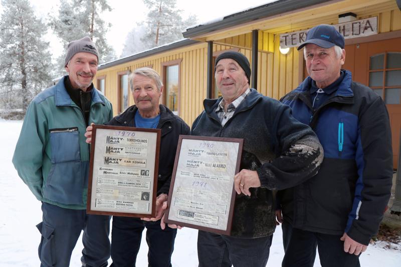 Antti Känsäkangas, Kari Pesola, Teuvo Paavola ja Eero Myllymäki 1970-luvun alun tanssi-ilmoitusten kanssa Mäntymajan edustalla.