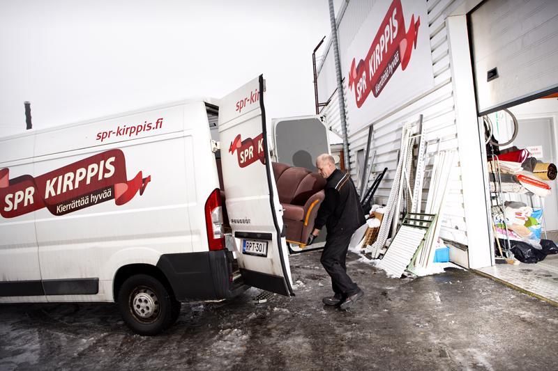Asiakkaalta varastoon ja sieltä myyntiin. Tavaraa tulee ja menee kirpputorilla - varsinkin joulunalusaikana, joka on sesonkiaikaa. SPR:n Kokkolan-kirpputorin työntekijä Ari Vainionpää viemässä sohvaa varastosta myymälän puolelle.