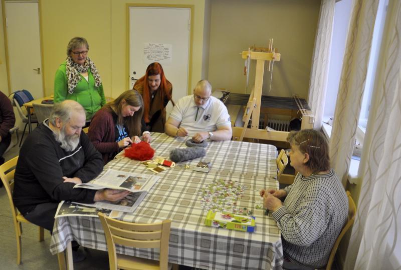 Yhteisen pöydän ympärillä. Koivutarhan vakiokasvoja ovat Taneli Ahlholm, ohjaaja Marja-Terttu Koskela, Mari Hakala, vastaava ohjaaja Johanna Eskola, Pekka Äijälä ja Anneli Puukangas.