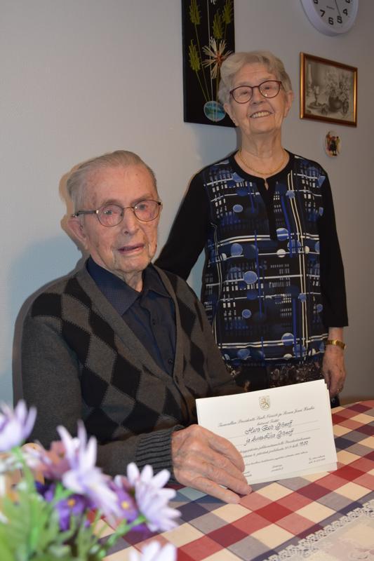 Kutsu presidentiltä. Kannuslaiset Eero ja Anna-Liisa Gromoff juhlivat joulukuun 6. päivänä Suomen 102-vuotista itsenäisyyttä Tasavallan presidentti Sauli Niinistön ja rouva Jenni Haukion luona.