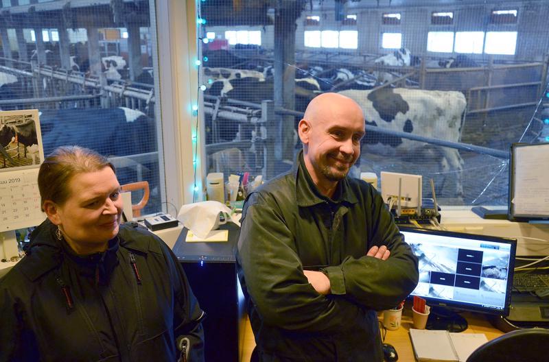 Sari ja Marko Sorvisto iloitsevat siitä, että hiilipäästöjen vähentäminen kulkee käsikädessä maatilan talouden kanssa.