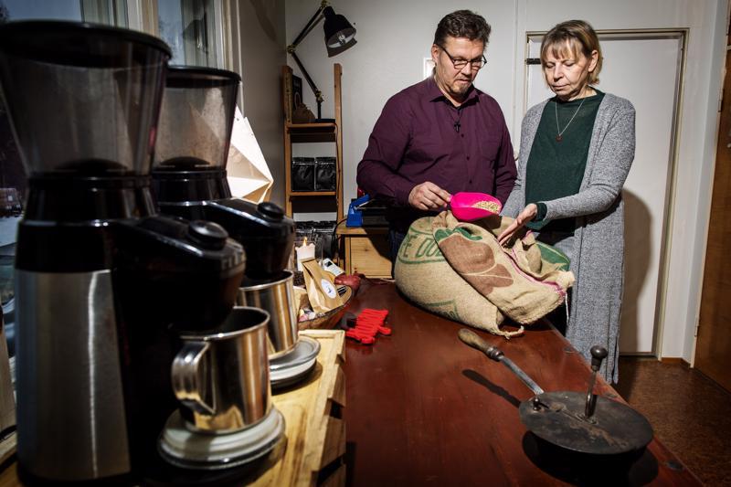 Jouni ja Minna Salon mukaan kahvipapujen tuoksun tulee olla miellyttävä.