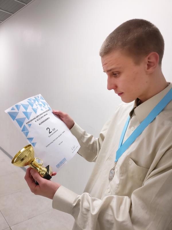 Niko Saari tanssi SM-hopeaa.