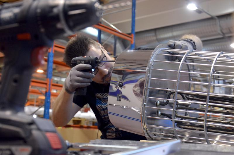 Timo Korpisalo kasaaa kiuasta Premec Oy:lla. Ylivieskalaiset metalliteollisuuden yritykset isännöivät ysiluokkalaisten tulevaa jatko-opintoiltaa.