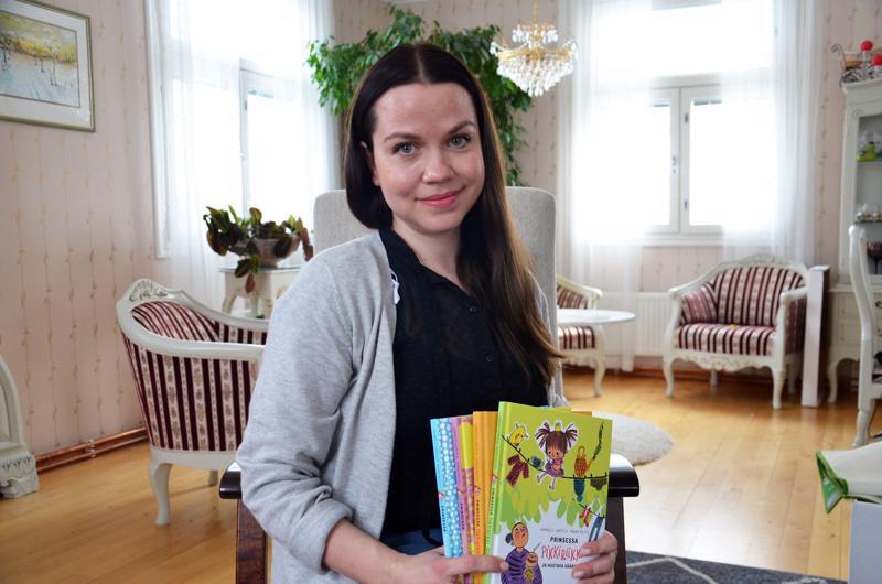 Hannele Lampela on kirjoittanut Prinsessa Pikkiriikki -kirjasarjaa jo viisi osaa. Viimeisin niistä julkaistiin tänä vuonna.