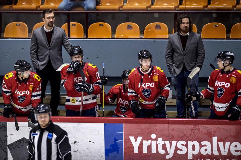 Syksy on sujunut Mestiksessä valmentaja Janne Tuunasen (takana vas.) odotuksien mukaisesti.