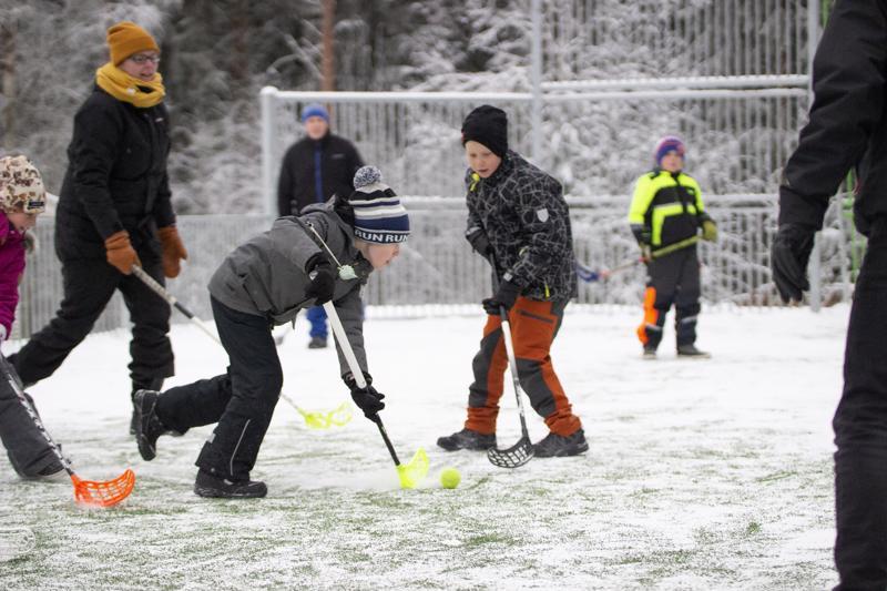 Raudaskosken koulun oppilaat, vanhemmat ja opettajat pelasivat leikkimielisen sählyottelun Rauski Areenaksi nimetyn monitoimikentän avajaisissa.