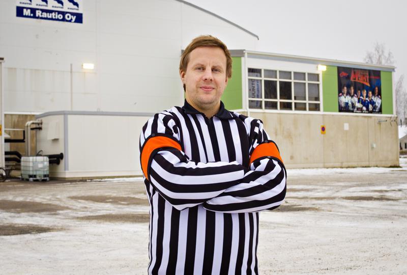 Pirkonsuon pyhättö on käynyt Juho Joki-Erkkilälle tutuksi lapsesta saakka, nyt hän on päässyt myös tuomaroimaan otteluita hallissa.