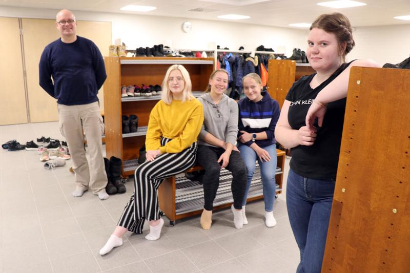 Perhon remontoidussa lukiorakennuksessa kengät jätetään nykyään eteisaulaan. Kuvassa lukion rehtori Pasi Oikarinen sekä toisen vuosikurssin opiskelijat Eveliina Aumanen, Henna Tamminen, Aada Kantonen ja Aliina Peltokangas.
