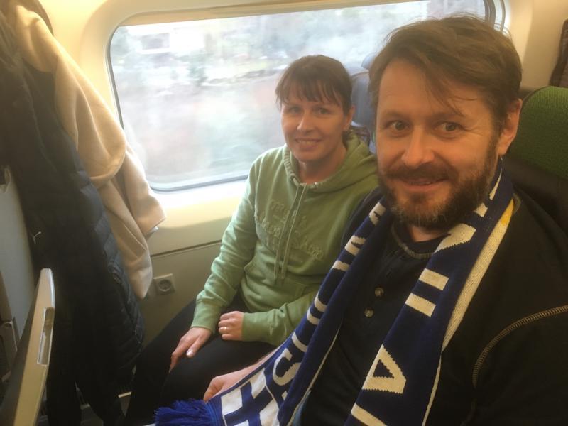 Katja ja Pasi Suvanto matkustivat junalla kohti Helsinkiä ja ratkaisuottelua.