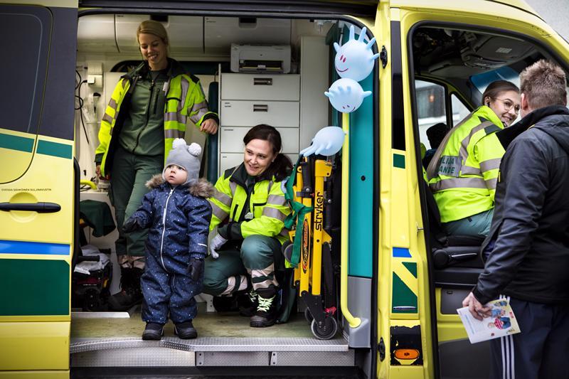 Huomenna kaksivuotissyntymäpäiviään viettävä Viljami Salminen pääsi tutustumaan piipaa-autoon.