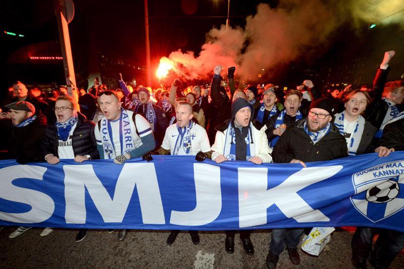 Maajoukkueen kannattajat marsiivat Narinkkatorilta kohti Töölön stadionia.