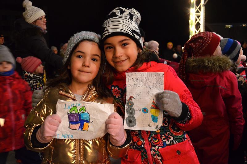 5-vuotias Nora Pejic ja 8-vuotias Sara Pejic toivat joululahjatoivekirjeet pukille.