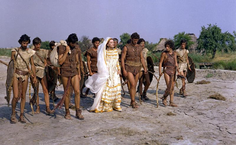 Maria Callas (Medeia) ja Giuseppe Gentile (Iason) argonauttien rinnalla Pier Paolo Pasolinin kiehtovassa myytin tulkinnassa.