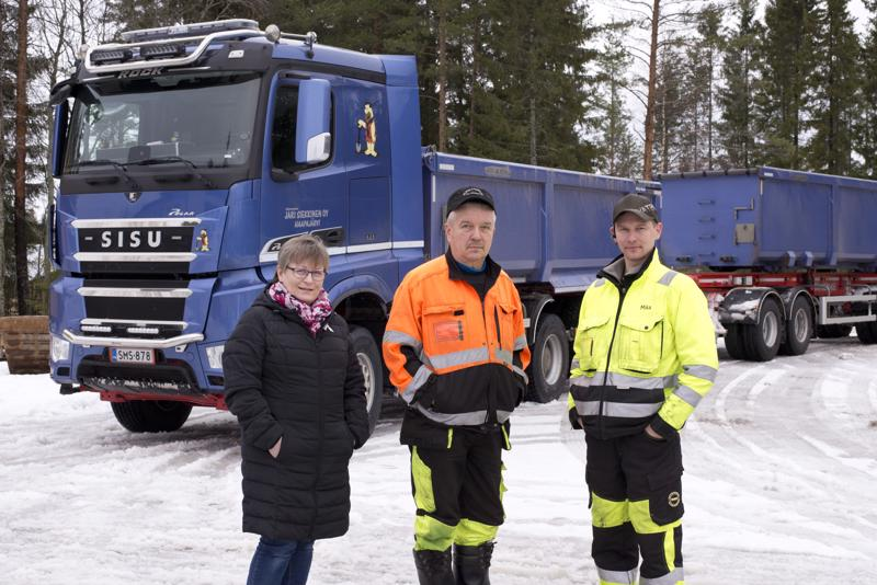 Kuljetuspalvelu Siekkinen Oy:n autot tunnistaa jo kaukaa niiden sinisestä väristä sekä Kiviset ja Soraset -teeman kuvista.  –Tämä on uusin, viime vuonna hankkimamme auto. Kalustoa uusitaan ja hankitaan tarpeen mukaan, Eini, Jari ja Mika Siekkinen kertovat.