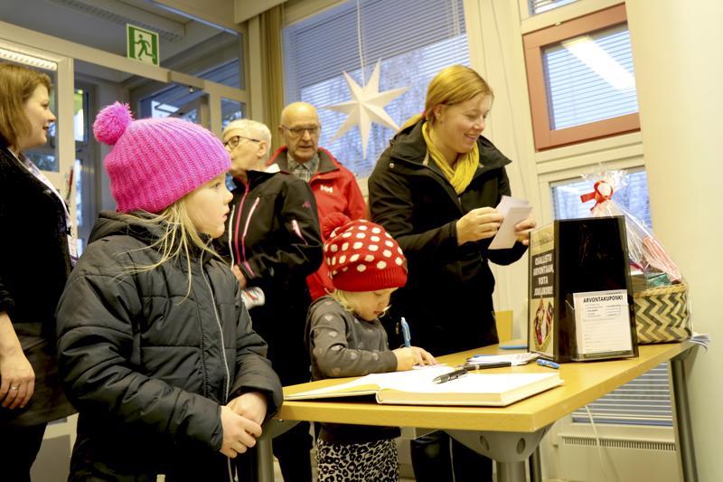 Enni, Helmi ja Heidi Läspä kirjoittivat nimet sekä vieraskirjaan että arvontalappuun.