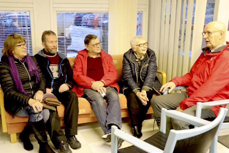 Toimituksen naapurissa asuva Pentti Löija (oik.) kertoo juttua Ahosen Marjatalle ja Martille.