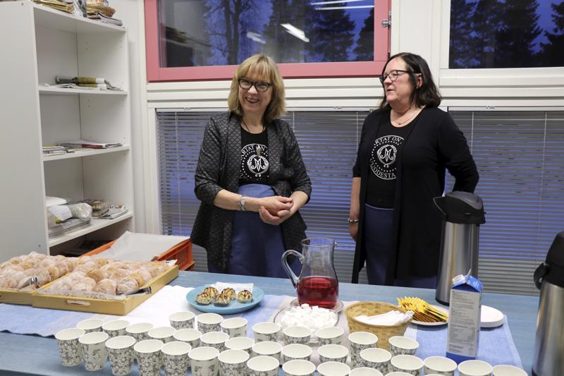 Kahvit keitti ja Pesolan munkit tarjoilivat Vetelin martoista Leena Kivijärvi ja Mariann Pakkala. Iltavuorossa työskentelivät Laila Åivo ja Hilkka Tikkakoski.