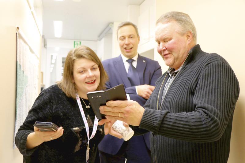 Halsuan delegaatio Timo Pärkkä ja Jarmo Pollari sekä monet muut kuntapäättäjät tulivat käymään toimituksessa suoraan keskussairaalan 50-vuotisjuhlasta.