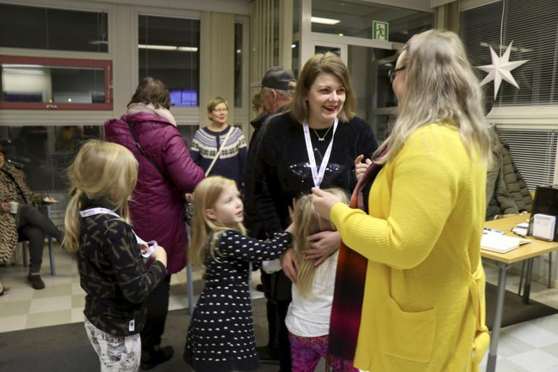 Vanhempainvapaalla oleva Keskipohjanmaan toimittaja Katariina Poranen otti myös jälkikasvun mukaan ja tuli työkavereita katsomaan. Kuvassa myös Sanni ja lapset Kiira, Iiris ja Inari.