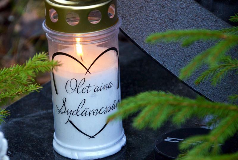 Kynttilätapahtumalla kunnioitetaan itsemurhan kautta kuolleiden muistoa ja pyritään tuomaan lohtua läheisensä menettäneille.