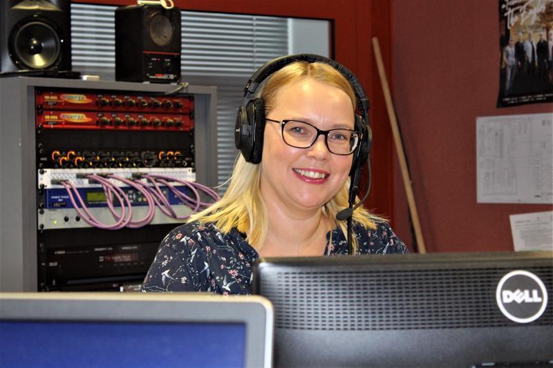 Yle Kokkolan radiojuontaja Niina Koskela sanoo, että radiojuontajan työssä vaaditaan hyvää stressinsietokykyä, vuorovaikutustaitoja sekä kykyä tehdä nopeita päätöksiä.