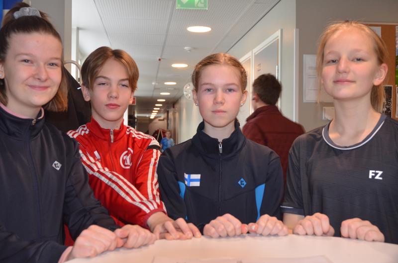 Kova nelikko. Eerika Laakso (vasemmalta), Severi Myllymäki, Henna Hukari ja Aino Ahokas kuuluvat sulkapallossa ikäistensä valtakunnan kärkikaartiin.