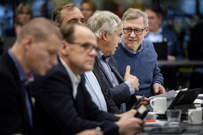 Kaupunginvaltuutetut Timo Sillanpää (ps.), Veikko Laitila (kesk.), Mats Brandt (r.), Mauri Salo (kd.) ja Pentti Haimakainen (kok.) olivat niiden 27 valtuutetun joukossa, jotka äänestivät tuloveroprosentin laskemisen puolesta.