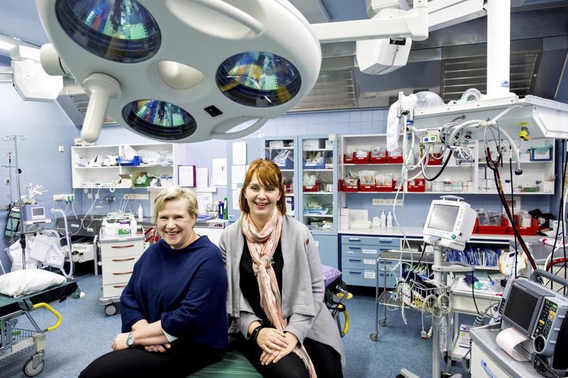 Kaija-Riitta Suonsyrjä (vas.) on siirtynyt Soitesta Etelä-Pohjanmaan sairaanhoitopiirin palvelukseen. Vieressä vastaanottopalvelujen palvelualuejohtaja Annika Ollikainen.