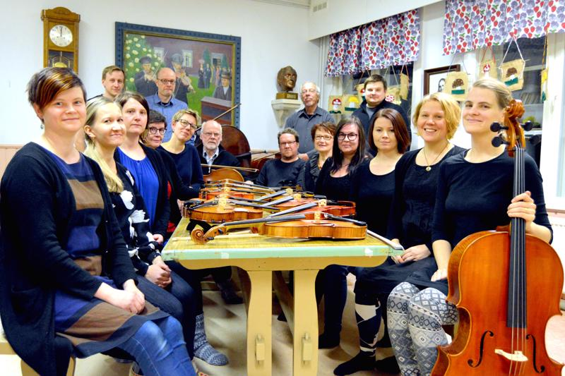 Fiinin musiikin orkesterin soittajat ovat tuttuja monista yhteyksistä. Taustalla on näppärimenneisyyttä, pelimanniutta ja pitkän karriäärin tuomaa tuntumaa myös taidemusiikkiin.