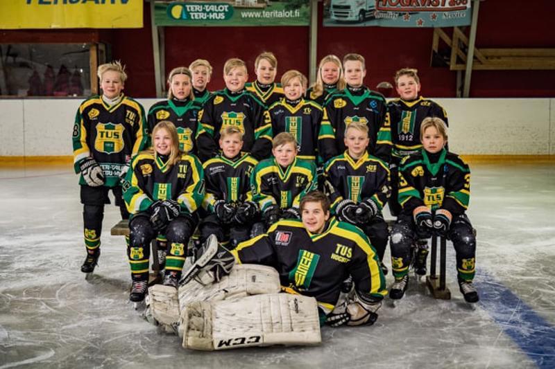 Terjärv Ungdoms Sportklubbin E1-ikäisten jääkiekkojoukkueessa pelaa useita halsualaisia, kaustislaisia ja veteliläisiä nuoria. Joukkuetta valmentaa kaustislainen Juha-Matti Pollari.