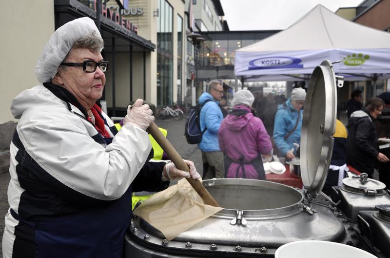 Vapaaehtoisesti riisipuuroa keittänyt Seija Klemola oli tiistaina iloisella mielellä. Hän tarjoili päivän aikana yli 300 puuroannosta.