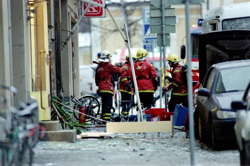 Pietarsaaren Isollakadulla räjähti 22. marraskuuta 1999. Aluksi räjähteen luultiin olleen autossa, sillä monet kadunvarteen pysäköidyistä ajokeista vaurioituivat pahoin.