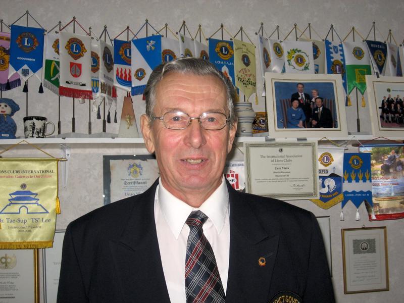 Haapaveden Lions Klubin puuhamies Unto Virta oli lyty ritariksi yhdistyksen 40-vuotisjuhlassa.