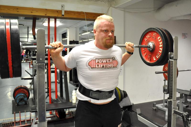 Tomi Määtälle urheilutalon voimailusali on kuin toinen koti. Perjantaina hän teki kevyen kyykkynostoharjoituksen.
