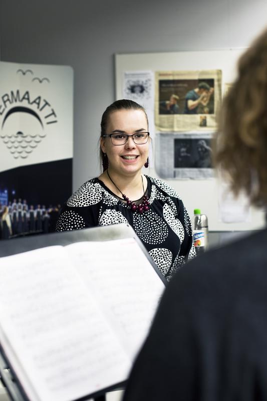 Emma Räihälä opettaa yksinlaulua. Hän tietää, että oppilaille on kova paikka tulla laulamaan hänen eteensä, sillä lauluääni on niin henkilökohtainen asia.