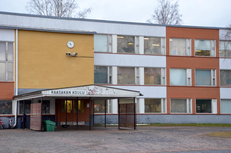 Vuonna 1960 valmistuneessa Raasakan koulussa on alakoululaisia kuluvana lukuvuotena 112 ja esikoululaisia 26.