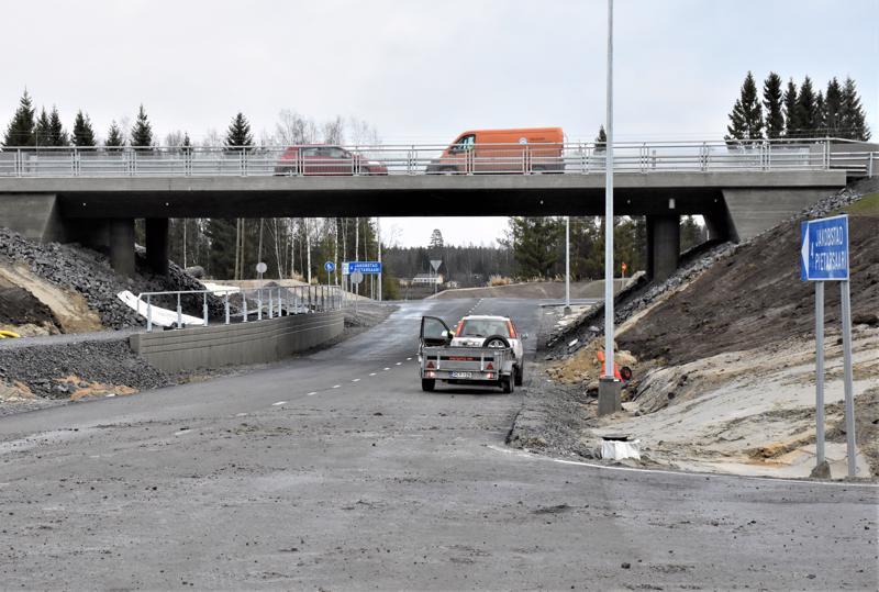 Pietarsaaren sisääntulotien uuden sillan alikulku ja rampit ovat lähes valmiit. Liikenteelle ne avataan jo ennen viikonloppua.