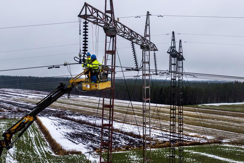 Sähköasentajat joutuvat olemaan pitkiä päiviä korkealla asennustöissä purkaessaan Metsälinjan vanhojen johtimien liitoksia. Tässä töitä tekevät Seppo Juutinen ja Niko Lampela.